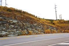 Estrada através das montanhas rochosas Fotos de Stock