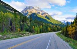 Estrada através das Montanhas Rochosas canadenses ao longo da via pública larga e urbanizada de Icefields entre Banff e jaspe Foto de Stock Royalty Free