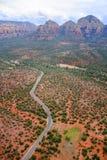 Estrada através das rochas vermelhas Imagem de Stock Royalty Free