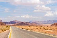 Estrada através de um deserto imagem de stock