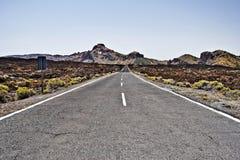 Estrada através do campo de lava velho no parque nacional de Teide Fotos de Stock Royalty Free