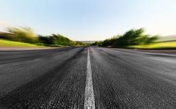 Estrada através do campo verde Fotografia de Stock
