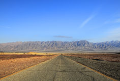 Estrada através do deserto Imagem de Stock