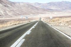 Estrada através do deserto Foto de Stock