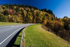 Estrada através do parque nacional das montanhas fumarentos imagem de stock