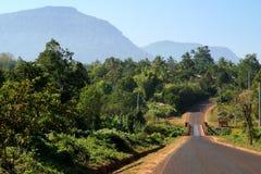 Estrada através do platô de Bolaven fotografia de stock royalty free