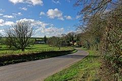 Estrada através dos Wolds de Lincolnshire, Reino Unido, no inverno Imagens de Stock