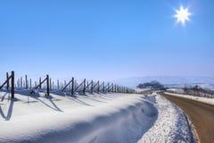 Estrada atrav?s dos montes nevado. Foto de Stock