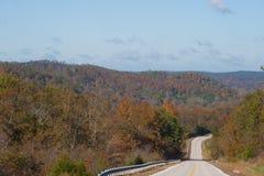 Estrada através dos montes Fotos de Stock Royalty Free