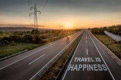 A estrada bonita com um único carro no por do sol com curso inspirador da mensagem é felicidade imagem de stock royalty free
