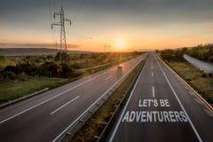 A estrada bonita com um único carro no por do sol com mensagem inspirador deixou-nos ser aventureiros fotografia de stock