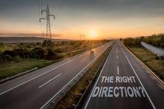 Estrada bonita com um único carro no por do sol com mensagem inspirador a direção certa imagens de stock