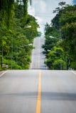 A estrada bonita no campo de Tailândia imagem de stock royalty free
