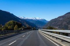 Estrada bonita nos cumes suíços Fotografia de Stock Royalty Free