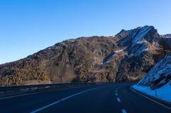 Estrada bonita nos cumes suíços Imagem de Stock Royalty Free