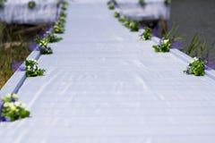 A estrada branca toda está pronta para a cerimônia de casamento elegante no jardim do verão Foto de Stock