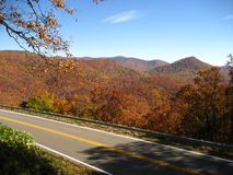 A estrada cénico da montanha negligencia Fotos de Stock Royalty Free