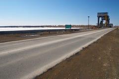 Estrada, céu azul e central eléctrica Imagens de Stock Royalty Free