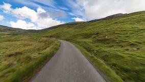 Estrada cênico do campo em montanhas escocesas Hyperlapse video estoque