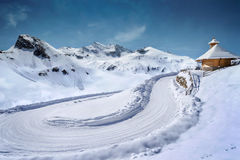 Estrada coberto de neve com capela de madeira Imagens de Stock