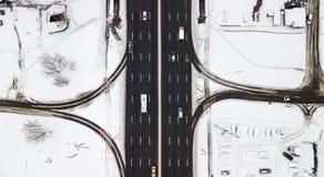Estrada coberto de neve da vista aérea com os carros no inverno Foto de Stock