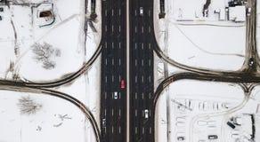 Estrada coberto de neve da vista aérea com os carros no inverno Fotos de Stock