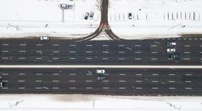 Estrada coberto de neve da vista aérea com os carros no inverno Fotografia de Stock Royalty Free