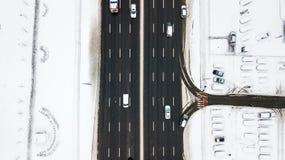 Estrada coberto de neve da vista aérea com os carros no inverno Imagens de Stock