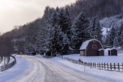 Estrada coberto de neve e exploração agrícola - Pensilvânia norte fotografia de stock royalty free