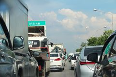estrada com ônibus fotos de stock