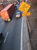 Estrada com baixo sinal do afastamento Imagem de Stock