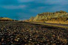 Estrada com céu azul e cordilheira imagem de stock