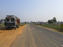 Estrada com caminhão e árvores Imagem de Stock