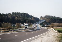 Estrada com caminhão e os únicos carros Imagem de Stock Royalty Free