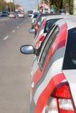 Estrada com carros estacionados Fotos de Stock