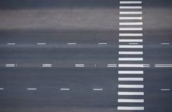 Estrada com cruzamento pedestre, vista superior Fotos de Stock