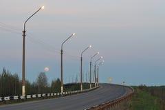 A estrada com a lua na borda Imagem de Stock