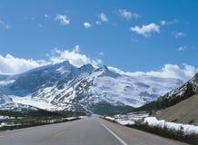 Estrada com montanha Foto de Stock Royalty Free