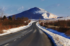 Estrada com a montanha no inverno Fotografia de Stock Royalty Free