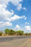 A estrada com natureza da nuvem e do céu azul ajardina Fotografia de Stock