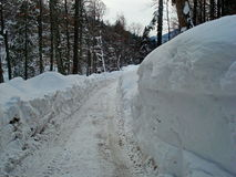 Estrada com neve grande Fotos de Stock Royalty Free
