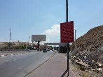 Estrada com o sinal - perigoso para israelitas Imagem de Stock