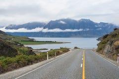 Estrada com a paisagem bonita ao lado imagens de stock royalty free