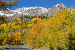 Estrada com a paisagem da queda de Colorado Fotos de Stock
