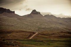 Estrada com a paisagem das montanhas de Islândia Foto de Stock