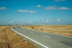 Estrada com a paisagem rural perto do parque nacional de Monfrague fotografia de stock