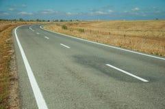 Estrada com a paisagem rural perto do parque nacional de Monfrague foto de stock