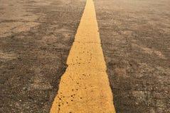 Estrada com ponto amarelo a maneira e a linha amarela Imagens de Stock Royalty Free