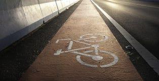 Estrada com símbolo da bicicleta Fotos de Stock Royalty Free