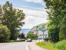 A estrada com sentido assina dentro Krems um der Donau, Áustria fotos de stock royalty free